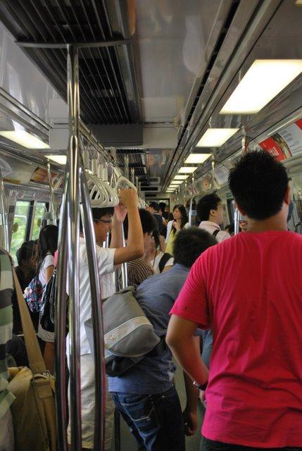 MRT上大家有说有笑,星期天早上的ExpoMrt可以看到。因为整列电车都是自己人